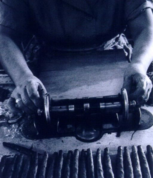 The art of a sigaraia, the traditional female #Toscano #cigar maker