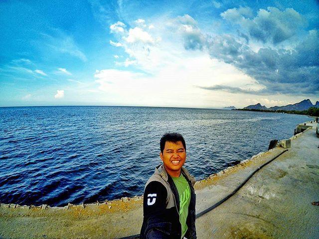 Memaknai sebuah perjalanan  Butuh perjuangan untuk dapat menginjakan kaki di tempat ini, bukan tujuan wisata, bukan tempat istimewa namun setiap detik perjalanan itu cukup berharga, masih di indonesia bukan di negara tetangga.  2 tahun lalu, perjalanan panjang itu berakhir di timor leste sejenak menyempatkan diri menghirup udara segar tepi pantai. Alhamdulillah cuaca tidak terlalu terik, angin pantai terasa sejuk.  #ntt #harbour #timorleste #indonesia #lingkarindonesia #vscocam…