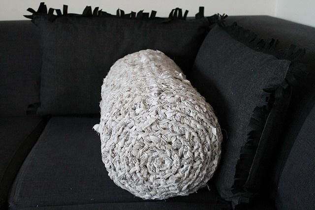 Sticka en kudde av gamla påslakan