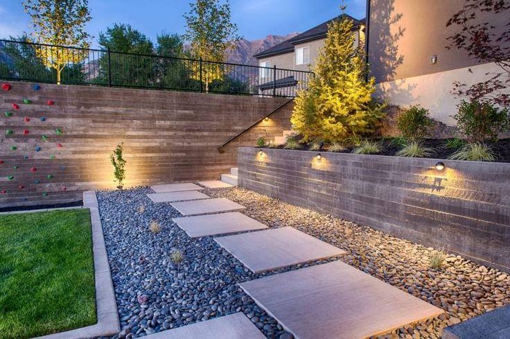 beau jardin moderne décoré de galets, dalles blanches et gazon naturel