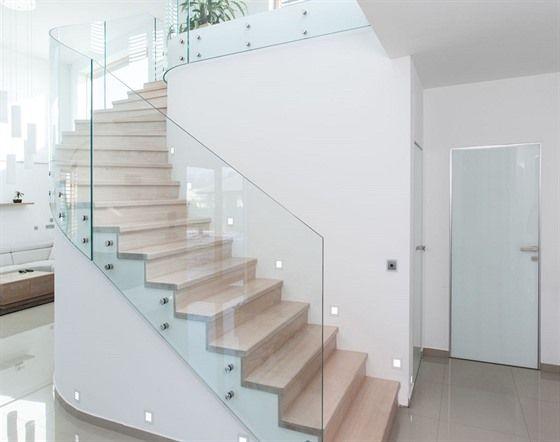 Organický tvar schodiště se vymyká běžnému provedení. #stairdesign#glassrailing#stairporn#stairrailling#staircase#modernstairsdesign#customstairs#schodiště#schody