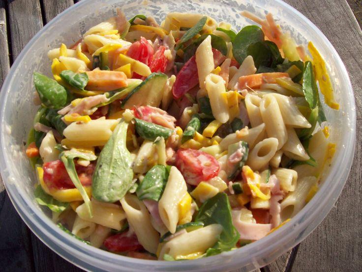 Makkelijk te maken en heerlijk met warm weer! Hoe maak je het? Kook pasta (elleboog, mini penne of pasta naar eigen keuze) in ruim kokend water met hieraan toegevoegd Italiaanse gedroogde kruiden. ...