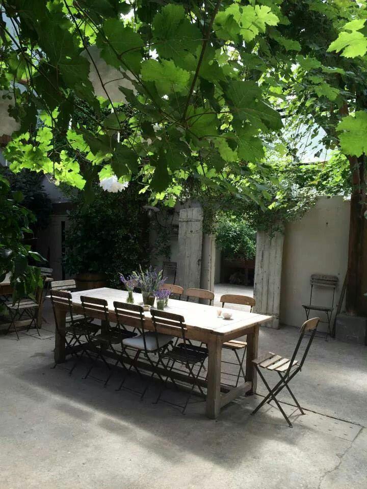 #Inspiratie tuinontwerp♡Oude luiken, doorkijk met spiegel om ruimte te creëren. klimplanten en plataan bomen #Sfeer
