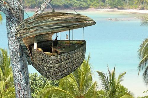 Una conchiglia sospesa a 5 metri di altezza, un tavolo per 4 persone e tutt'intorno la natura rigogliosa e il fantastico mare dell'isola di Koh Kood in Thailandia. Un'esperienza imperdibile se mai soggiornerete al Soneva Kiri