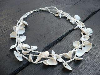 Helmi Coenders: Een ketting haken met schelpen of knopen.