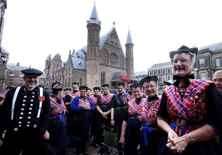 Helemaal uit Staphorst zijn mensen naar Den Haag gekomen. | ANP/KOEN SUYK #Overijssel #Staphorst