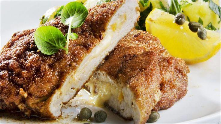 Svinesnitzel med ostefyll - En saftig ostesnitzel går aldri av moten. Prøv den med kapers, sitron og en ansjosfilet.