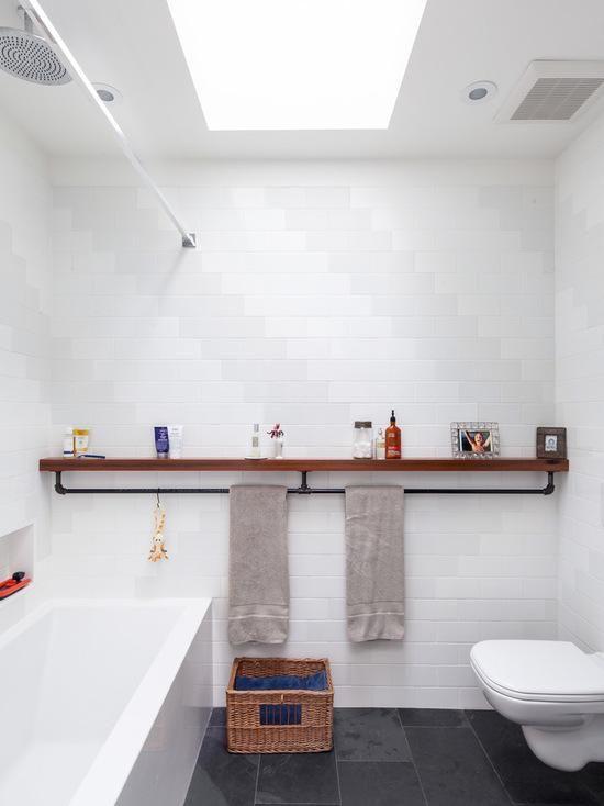 Banheiro com uma porta toalhas diferente.