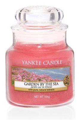 S Jar-Garden by the Sea En frisk doft från kustens sluttningar av mild lotusblomma och ett rosa hav av trift.  Ingår i vårens nya doftserie Coastal Living. #YankeeCandle #GardenByTheSea #RosTrift #KustBlommor #Nyhet2017