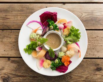 様々な種類の有機野菜を使ったバーニャカウダ。エヌアールテーブルで注文の多い人気メニューです。鮮やかでみずみずしい新鮮野菜は、見た目にも美しいです。