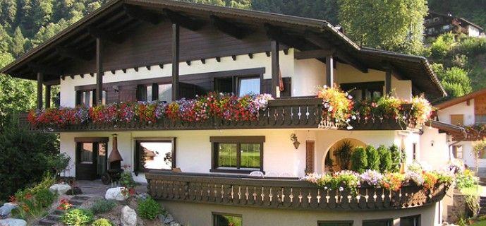 Haus Schnetzer: Herzlich Willkommen  Unser Haus befindet sich 1 Gehminute von der Silvretta Montafon - Zamang Bahn entfernt, von wo sie per Bus mit hervorragender Verbindung einfach zu den umliegenden Orten und weiteren Bergbahnen gelangen.