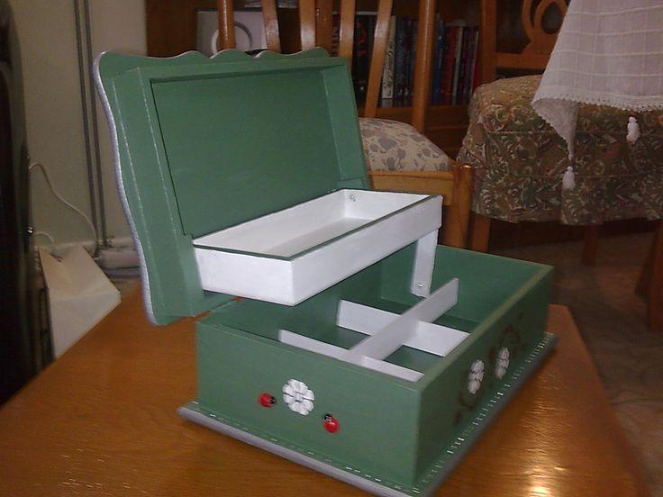Üst yüzeyi kişiye özel fotoğrafla süslediğim hediyelik takı kutusu.