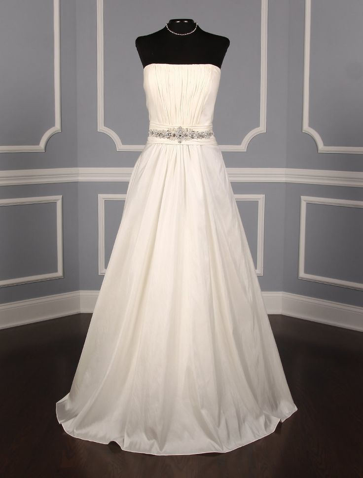 This gorgeous Casablanca 1932 wedding dress is absolutely beautiful and perfect for any type of wedding venue! #weddingdress