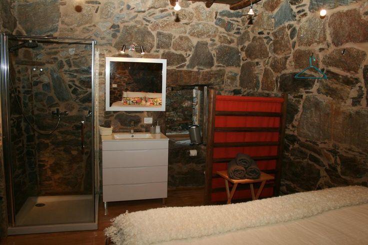 Baño integrado en la habitación. WC separado por un biombo de madera con tela. Cabo Do Mundo Casa Rural (España Nogueira) - Booking.com