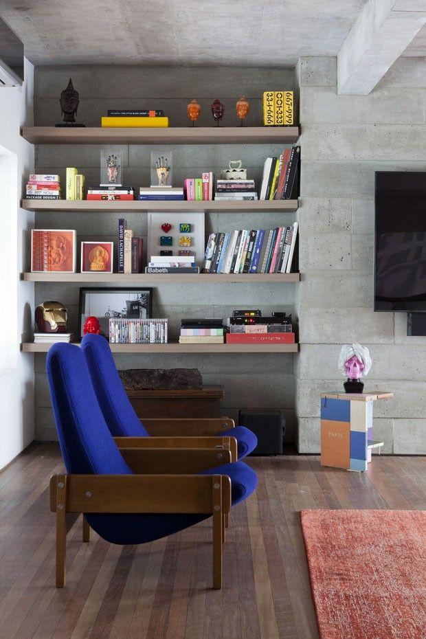 Poltronas azuis se destacam na sala de estar