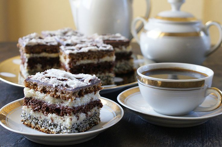 Prajitura in dungi- cu blat de mac, cacao si nuca, crema de gris si glazura de ciocolata