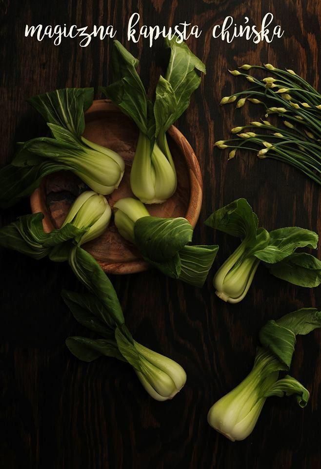 Kapusta chińska jest jednym z trzech warzyw, które dostarczają najwyższą ilość składników odżywczych na kalorię. Najlepiej jest zbierać ja w zimie, ponieważ uprawiana w wysokich temperaturach więdnie I traci właściwości smakowe.  Kapusta chińska jest bogata w antyoksydanty, zwalcza stany zapalne, poprawia wygląd skóry i włosów oraz wspomaga system odpornościowy. Jest wiec idealnym zimowym warzywem, które powinniście wprowadzić do swojej diety.