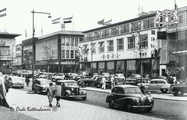 Gezicht vanaf de beurstrappen de beursplein met de hema en vroom & dreesman 1950