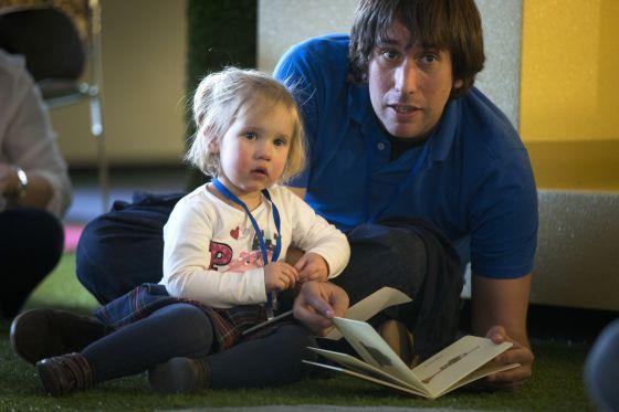 La Casa del Lector ensaya con 100 familias un programa para afianzar la lectura entre padres e hijos