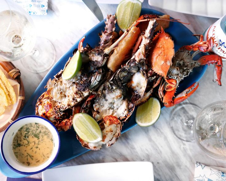"""A cidade de Cartagena encanta pela sua versatilidade e gastronomia tropical. Confira as dicas de onde comer e beber na """"ciudad heroica""""."""