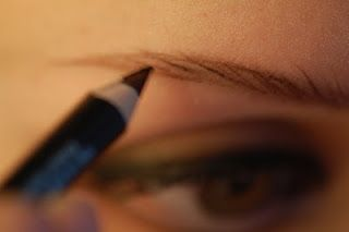 EyelineHer: how to draw on eyebrows that look real ...i'm definitely going to try this!