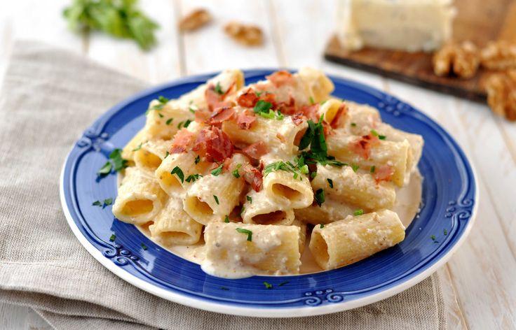 La Pasta con crema di gorgonzola noci e speck è un primo velocissimo e goloso. Un primo veloce e facile, un piatto confort food davvero buonissimo. Provalo.