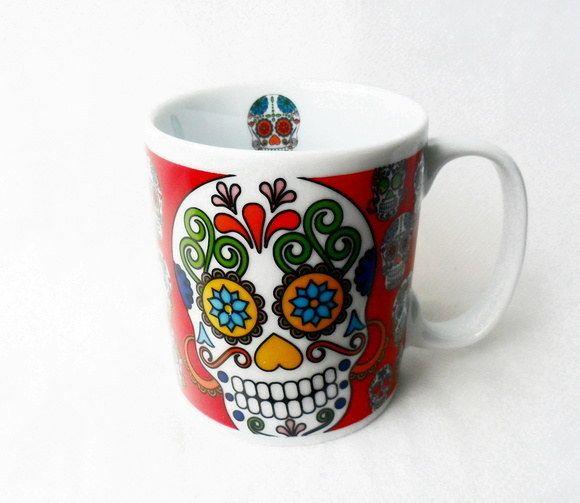 O amigo que ama caveira mexicana vai querer abraçar esta xícara.   33 canecas incríveis que são o melhor presente para um amante de café