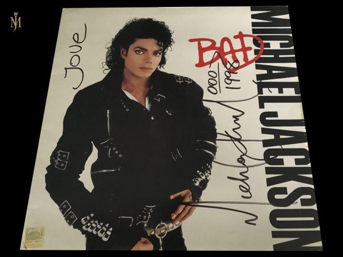"""Michael jackson ondertekend Bad Album wordt geleverd met UACC certificaat ondertekend met enorme handtekening liefde gedateerd en MJ toegevoegd zijn beroemde pijl aswell.  Zeldzame 30-jarige Michael Jackson Bad album ondertekend en gedateerd.Dit album is uniek vanwege de de grootte van zijn handtekening (zeer groot) en de plaatsing van zijn handtekening.Daarnaast de King of Pop schreef """"Love"""" en zijn beroemde pijl met 3 toegevoegd zero's en gedateerd het 1998(altijd tekende hij met de datum…"""