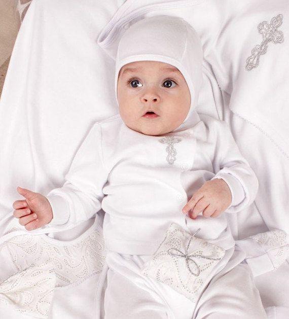Baby doop instellen voor jongen bestaat uit een blouse en een hoed, laarsjes, slipje, een zakje voor haar.  Blouse met module sluiting - knoppen wat is erg handig, kunt u snel uw babyjongen wijzigen. Er is een kruising met zilveren draad geborduurd. Het betekent dat uw jongen special over de doop ceremonie zal kijken. Deze prachtige babyset kan worden gebruikt als komende thuis outfit cadeau of als handgemaakte doop geschenk. Schuifregelaars hebben een klassieke knippen, heel ruim, met de…