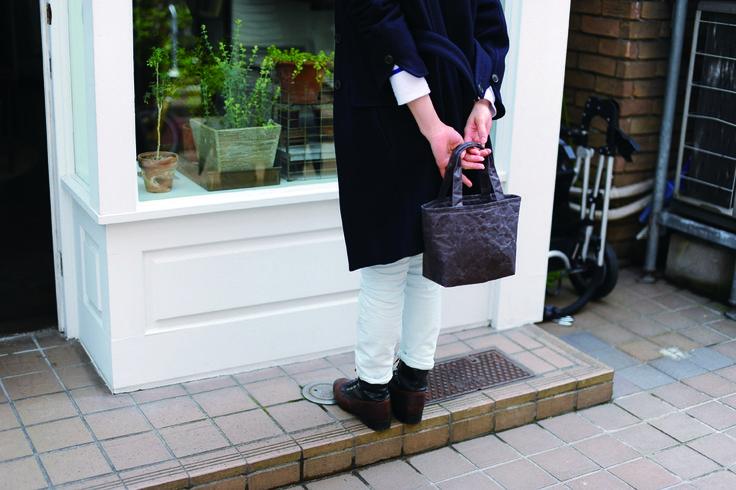 SIWA ランチバッグ ダークブラウン ¥2,600(税抜)女性向けの小さいサイズのバッグです。内側に1つポケットがついています。<取扱|SIWA>