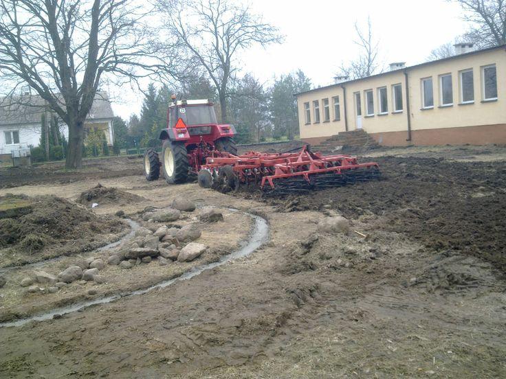Przygotowanie podłoża - http://terenyzielone.wordpress.com/2014/06/19/jak-przygotowac-podloze-pod-trawnik/