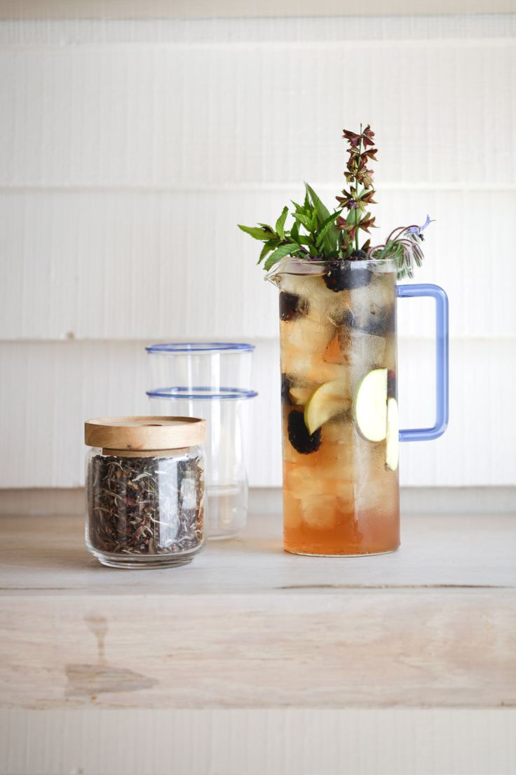 Simple iced tea with blackberry, apple and sage. Find the recipe in our free eBook for autumn.