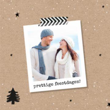 Kerstkaart met een kraftpapier achtergrond en een leuk polaroid kader waar je je eigen foto in kunt plaatsen.