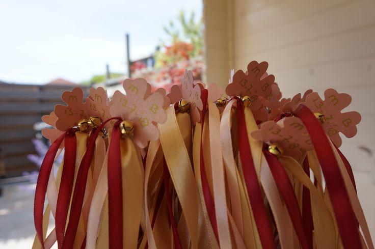Wedding Wands | belletje | bruiloft Marcel & Bionda | lint | bordeaux | roze | goud | trouwlogo | klavertje vier