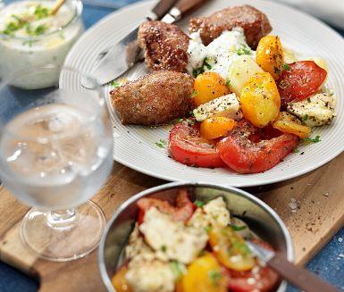 Detta recept på varm fetaostsallad och lammfärsjärpar är en välsmakande kombination. Salladen görs av fetaostbitar och tomathalvor samt olivolja som ringlas över innan allt gräddas i ugnen till dess att osten fått en fin yta. Dekorera med färsk persilja och servera med saftiga järpar och nykokt potatis.