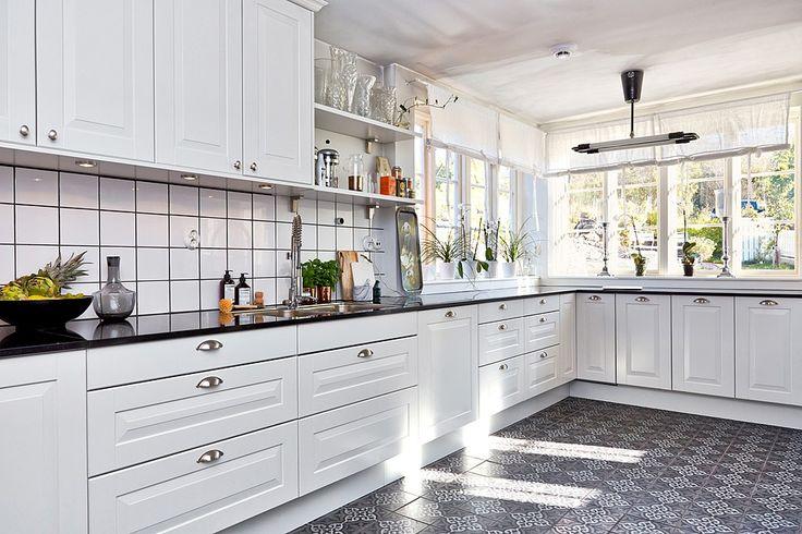 Här möts man ev ett öppet kök i vitt från Marbodal och fint ljusinsläpp via spröjsade fönster. Bjurfors.se
