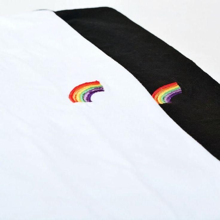 Remera Arcoiris 🌈 Negra, bordada y mangas con doblez.