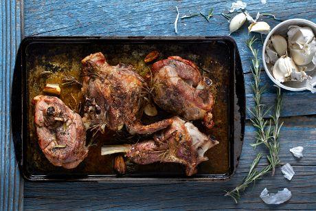 Σκόρδο, μυρωδικά, κρασί και Χωριό Ελαιόλαδο Ορεινές Περιοχές μπερδεύτηκαν με κατσικάκι και μπήκαν στο φούρνο. Αποτέλεσμα, μια υπέροχη τοπική συνταγή!