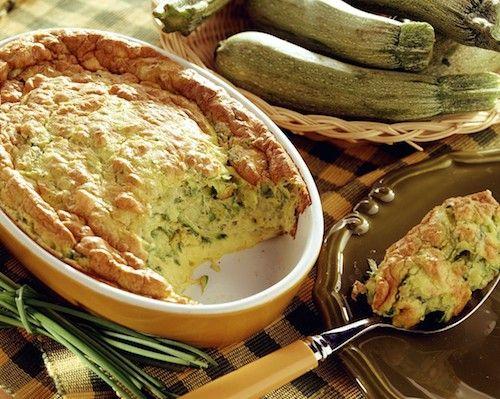 souffle-aux-courgettes     1 kg de courgettes     Sel     2 échalotes     1 gousse d'ail     3 c. à soupe de beurre     Poivre blanc     2 c. à soupe de jus de citron      Pour la Béchamel:      50 g de beurre     30 g de farine     250 ml de lait     Poivre blanc     Noix de muscade     4 œufs     50 g de gruyère râpé     Beurre pour le moule