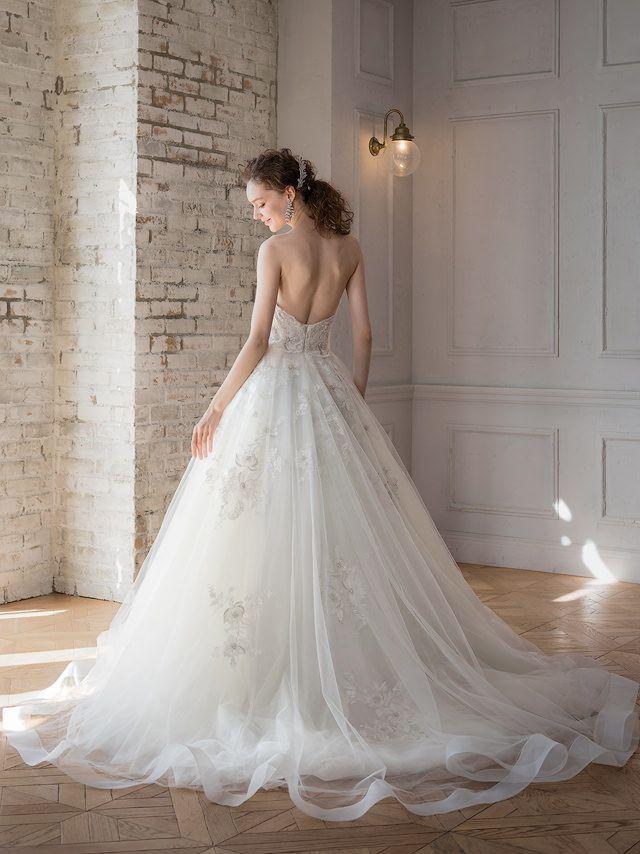 84a5d30fc46d3 スカートの中には銀糸のフラワーモチーフを配した、ワンランク上のアネリッタプランドのウェディングドレス AN0127