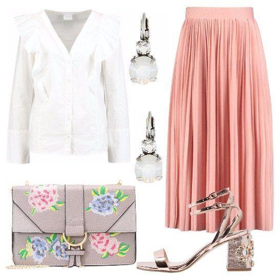 Adoro le gonne plissè, le trovo davvero femminili, ho scelto per voi questa in uno splendido tono di rosa, la abbiniamo ad una camicia con rouches bianca. Gli accessori completano il tutto in modo perfetto: borsa, sandalo con tacco e orecchini.