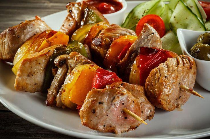 Schaschlik-Spieße Kindheitserinnerungen. Saftige Fleischstückchen mit knackigem Gemüse. Heute nicht in Sauce ertränkt :-) http://einfach-schnell-gesund-kochen.de/schaschlik-spiesse/