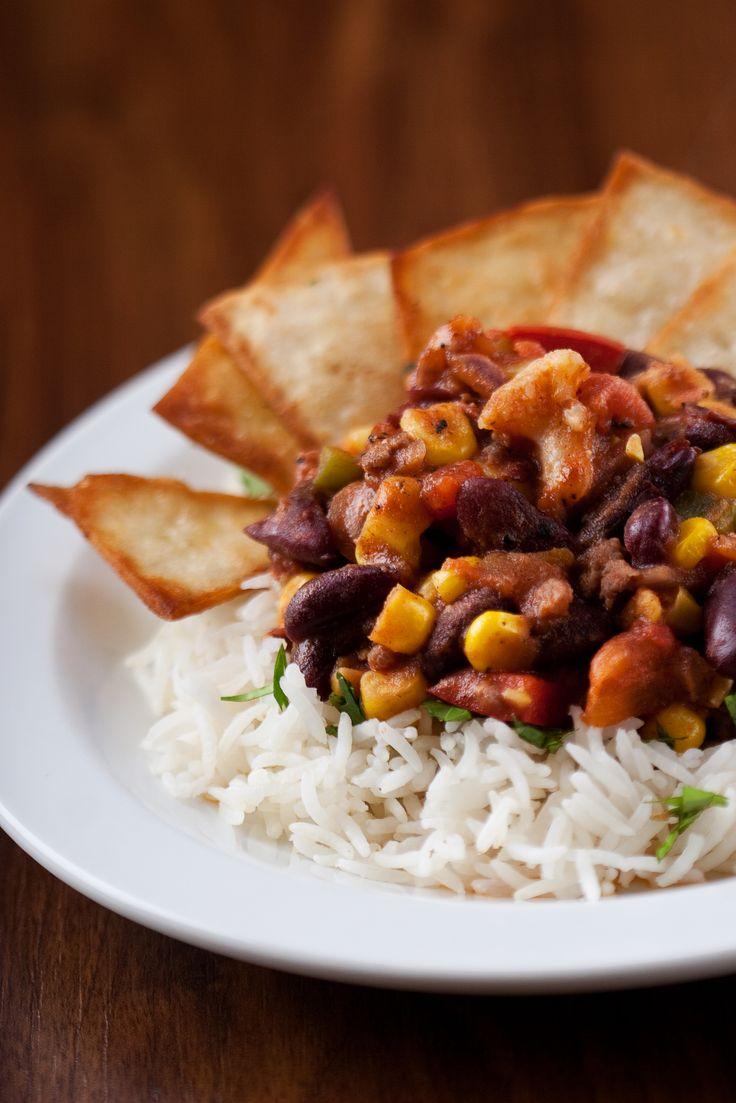 Chilli con carne s rýží a tortillovým chipsem