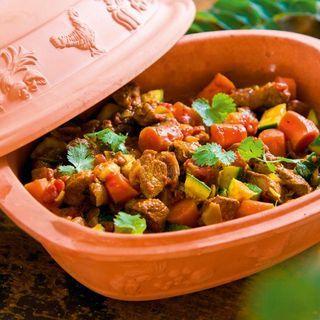 Tagine är en marockansk gryta med lock, som man sätter in i ugnen. Vi använder istället en lergryta med fint resultat. Lammköttet i grytan blir mört och saftigt.