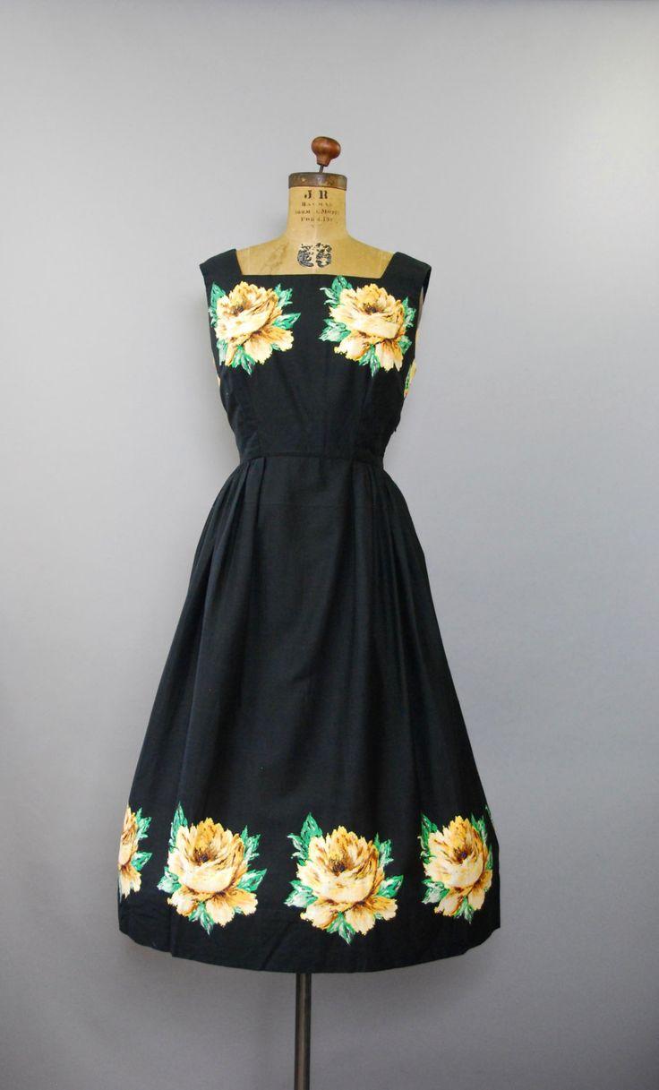 Absoluut PRACHTIGE 1950s zwarte katoenen zon jurk met taille gesmoord, halve volledige lange rok, mouwloos bovenlijfje met vierkante hals, grote gele florals langs de hals en zoom en verborgen kant rits. Bekleed.  voorwaarde: uitstekend, vers schoongemaakte en klaar om te dragen Label: geen materiaal: katoen  ---✄---Metingen---✄--- Bust: 38 in Taille: 29 in schouder aan taille: 15 in lengte: 45 in passen: medium  ➸ GEEN TERUGGAVEN. Controleer of het beleid van mijn winkel voordat aankoop…