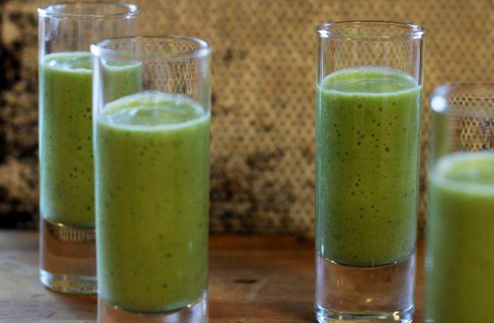 Nyttig grön smoothie med massor av gott. Byt ut mjölk och yoghurt motkokosmjölkoch vips har du en nyttig och vitaminrik fruktdrink.