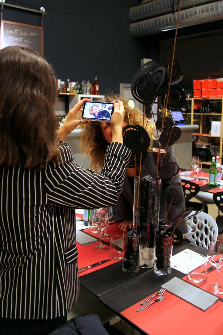 @Domitilla Ferrari immortalata mentre scatta foto ai tavoli gommosi #FGDmi
