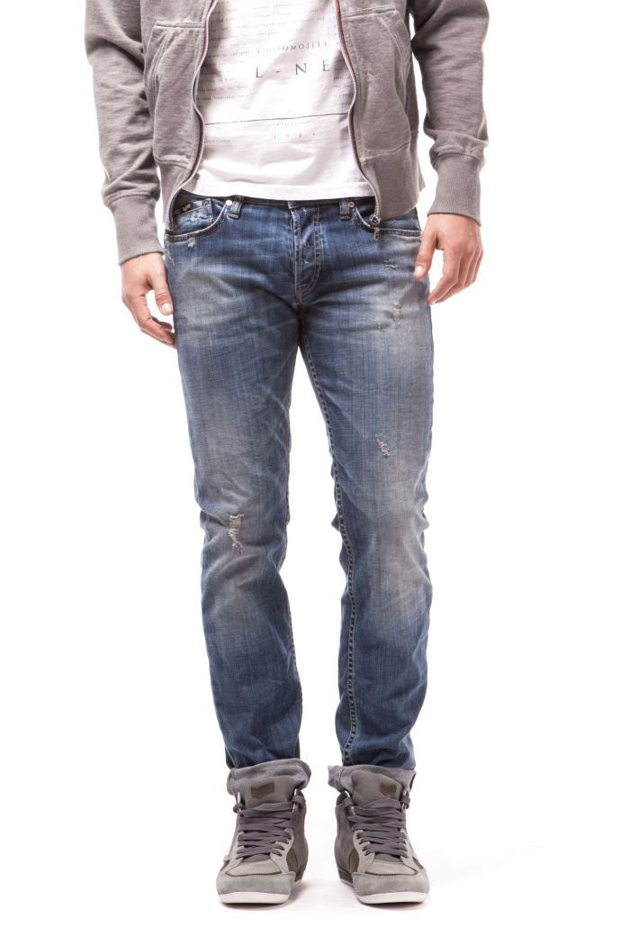 Morrison Genuine 5-pocket model, slim comfortable fit given by the stretch fabric. Button closing and 45° cut 5th pocket.