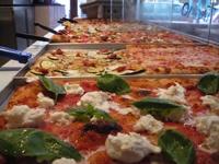 AL TAGLIO  Pizza au poids et à la coupe  2 bis rue Neuve Popincourt  75011 PARIS  Métro Parmentier  Ouvert du mardi au jeudi de 12h à 23h. Le vendredi et samedi jusqu'à minuit.  Tél : 01 43 38 12 00  Livraison dans Paris Intra Muros pour 1 plaque minimum (8 à 10 personnes) : de 30€ (Pizza Margherita) à 50€ (pizza pomme de terre truffe)  Commander au moins 24 heures à l'avance  Facebook Twitter Forward