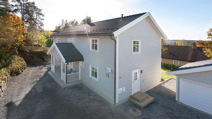 Inngangspartiet har et koselig lite takoverbygg på vår tradisjonelle og herskapelige bolig Alexandra.